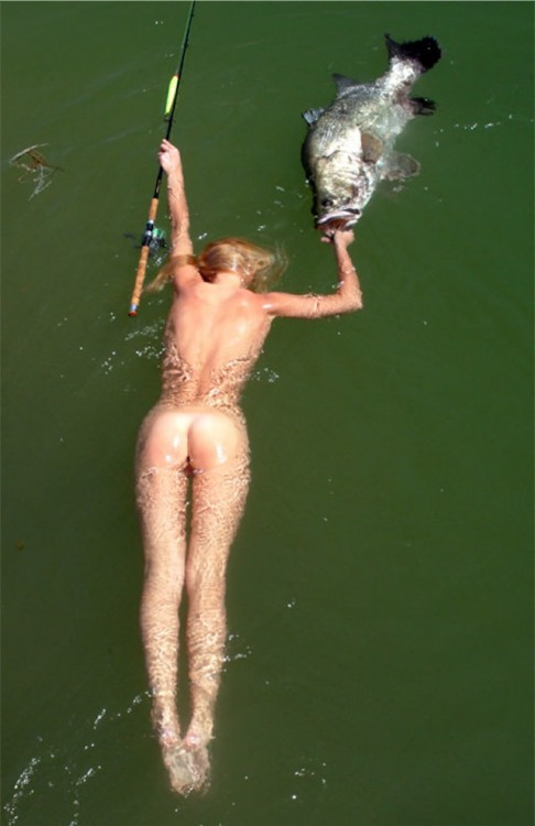 Білявка на риболовлі