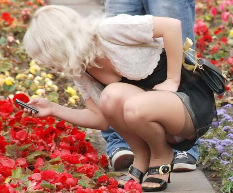 Засвітила труси на квітковій клумбі