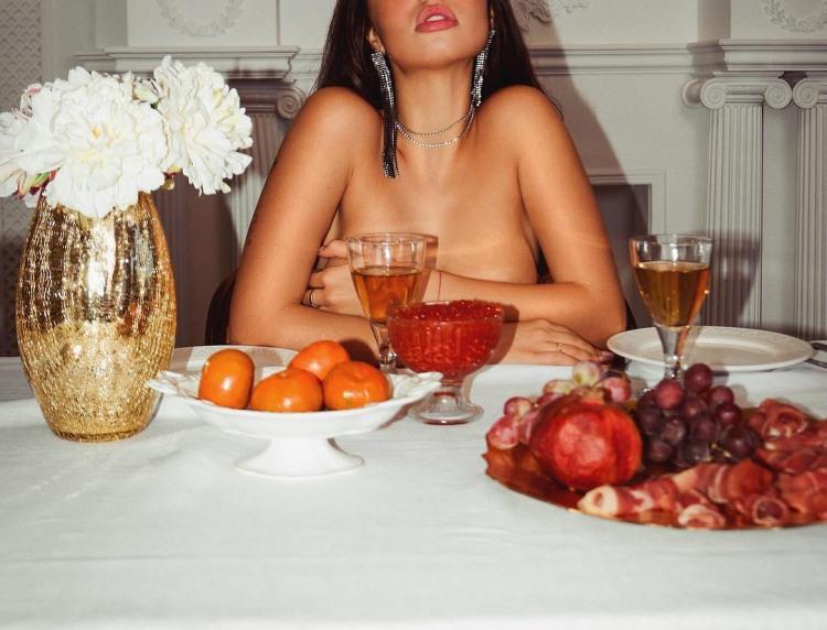 Інтимний вечерю з дівчиною і ікрою