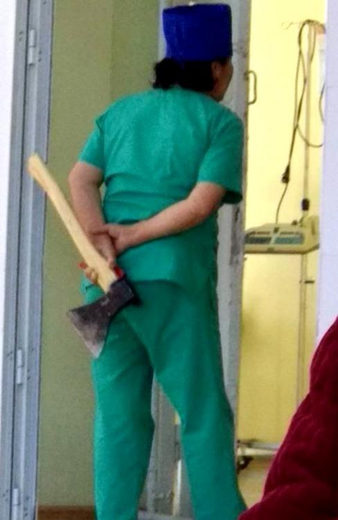 Медсестра з наркозом в руках