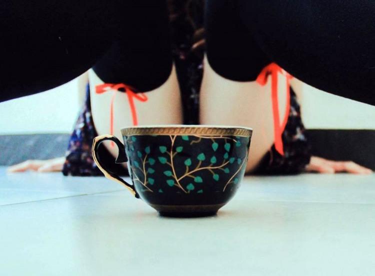 Вип'єш чашку гарячого чаю з дівчиною?