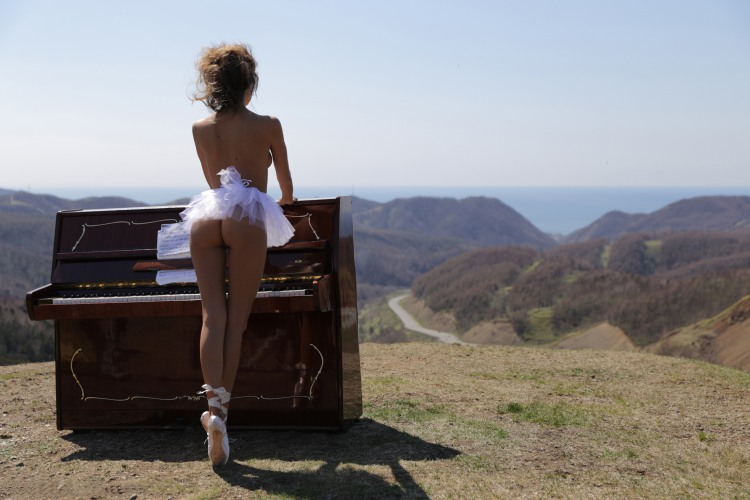 Піаністка в горах
