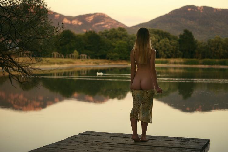 Купатися в озері краще голою